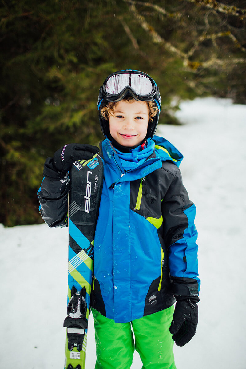 photoshoot for a family a happy kid after ski in Morzine Avoriaz (French Alps) on their ski holiday